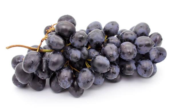 manojo de uvas aislada sobre fondo blanco - grapes fotografías e imágenes de stock