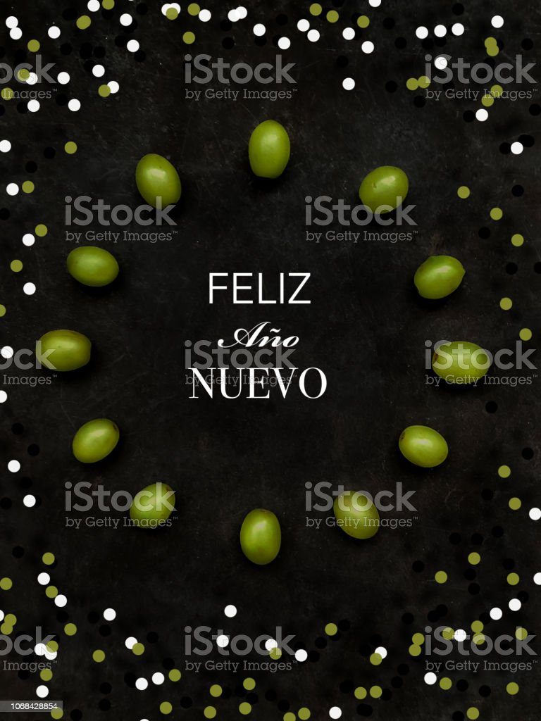 12 uvas en círculo sobre fondo negro stock photo