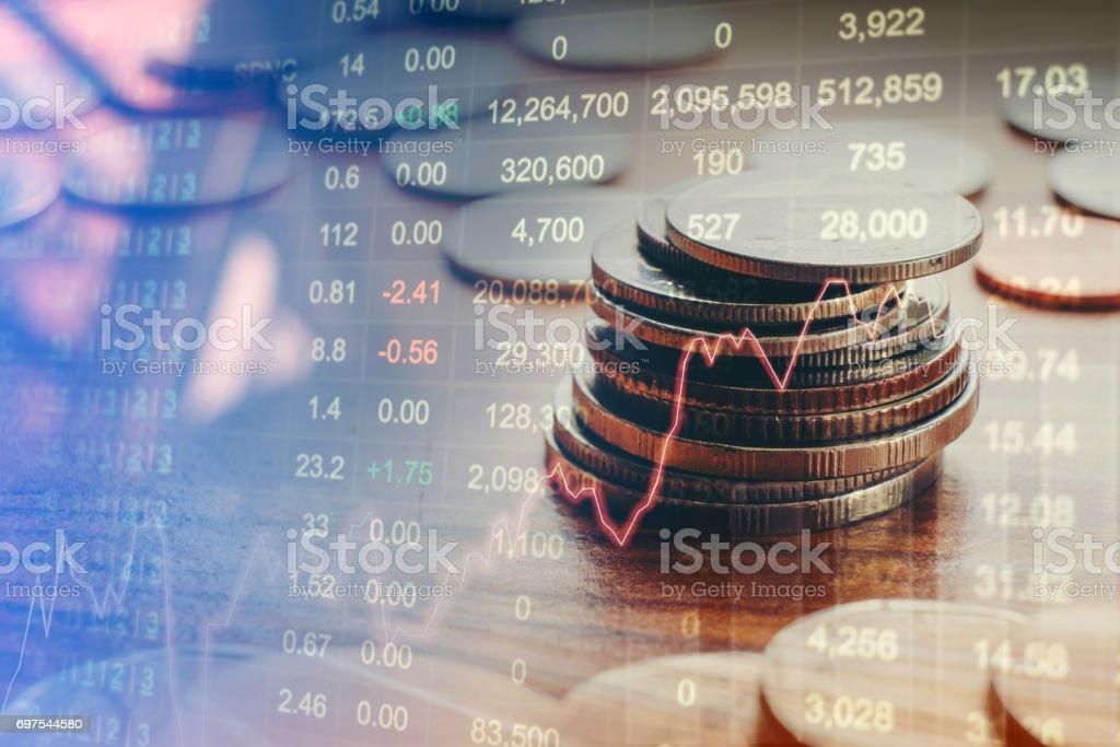 Grafik auf Zeilen von Münzen für Finance und Banking-Konzept – Foto