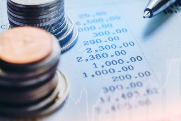 Ver en las filas de monedas para el concepto de banca y finanzas - foto de stock
