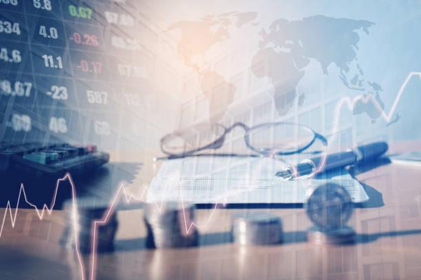 Gráfico en las filas de monedas para finanzas y banca en intercambio financiero bolsa digital y ciudad de doble exposición de gráfica en el fondo de comercio - foto de stock