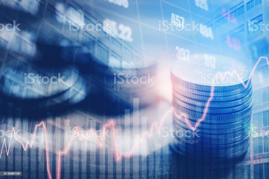 Grafik auf Reihen von Münzen für Finanzen und banking auf digitale Börse finanzielle Austausch und Handel Grafik Doppelbelichtung Stadt im Hintergrund – Foto