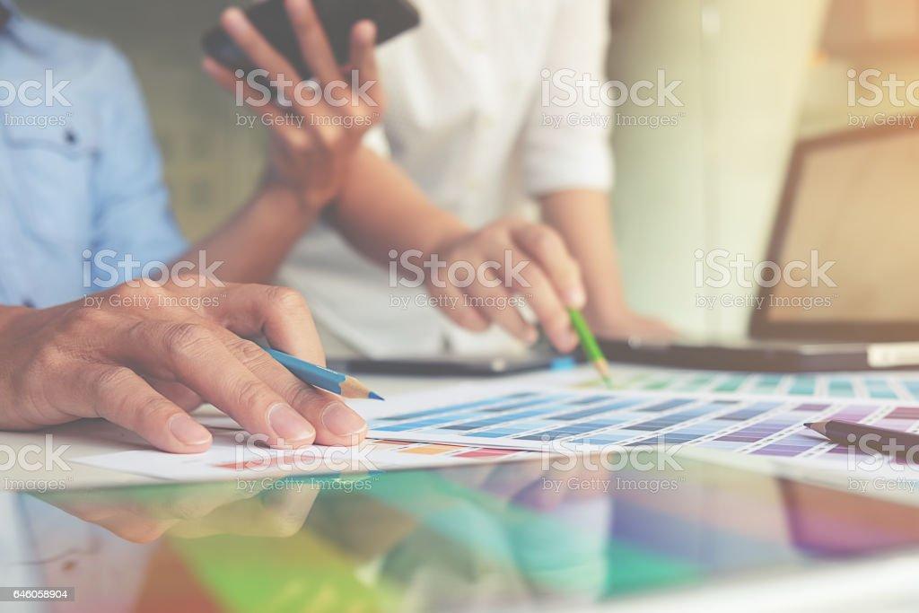 diseño gráfico y muestras de colores y plumas en un escritorio - foto de stock
