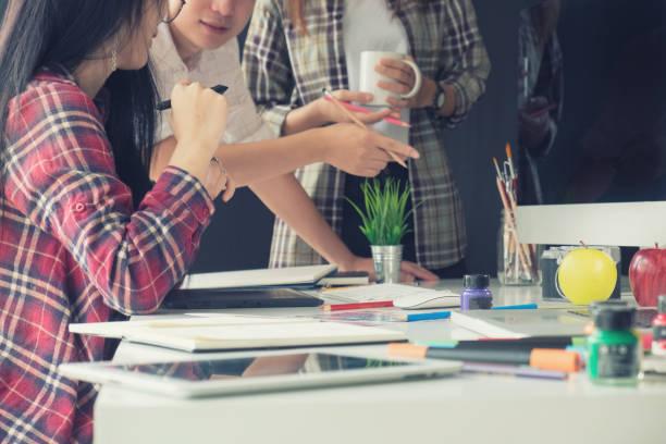 grafik-design-team kreativität ideen in modernen büroarbeitsplatz. - logodesign stock-fotos und bilder