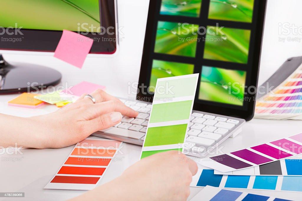 Grafik designer bei der Arbeit.  Farbe Proben. Lizenzfreies stock-foto