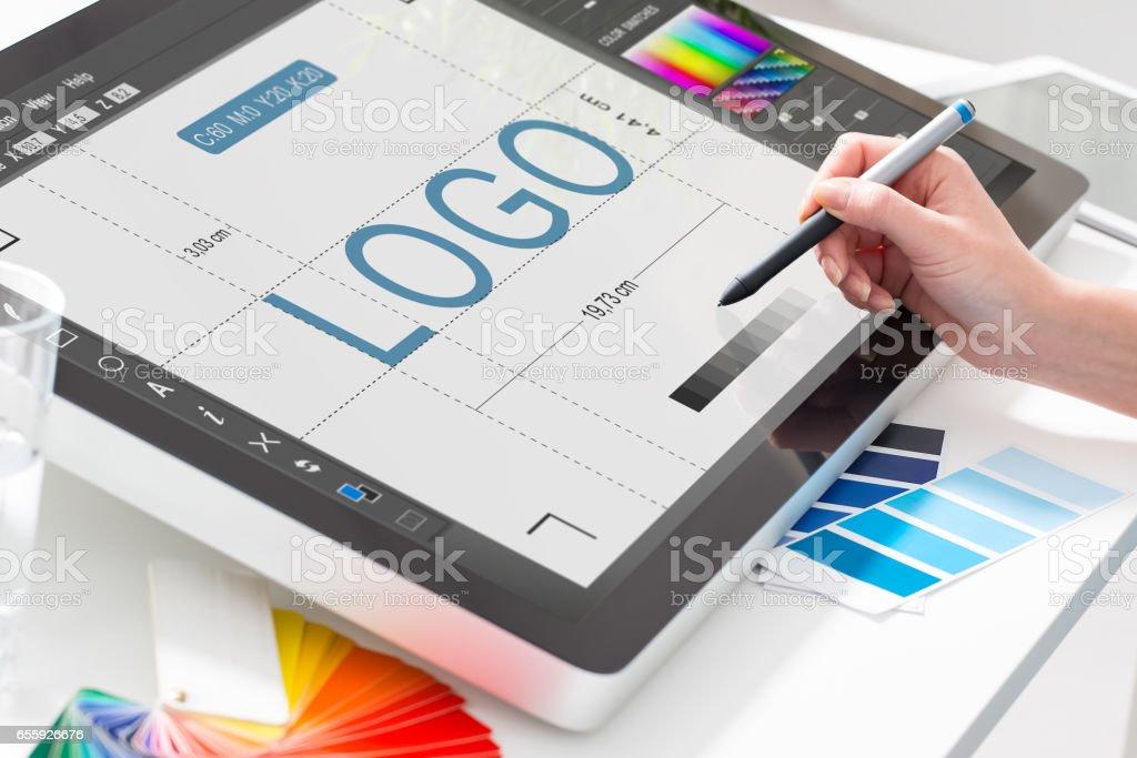 Grafik tasarımcı iş başında. Renk örnekleri. - Royalty-free Atölye Stok görsel