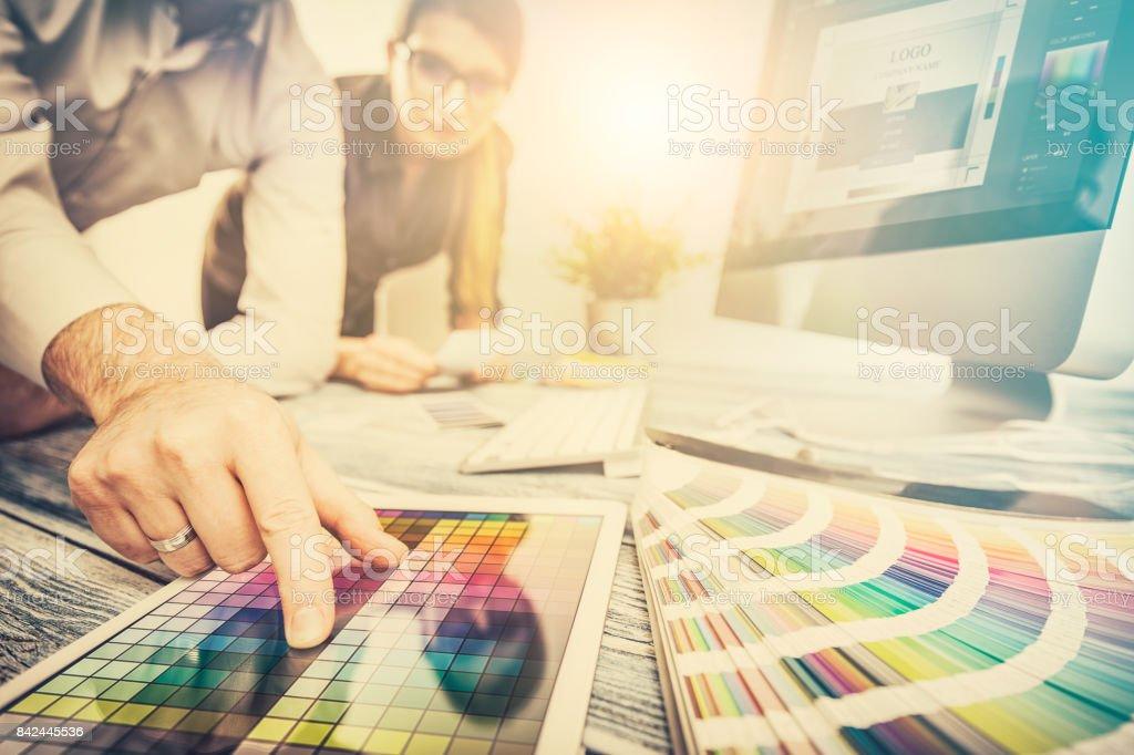designer gráfico no trabalho.  Amostras de cor. - Foto de stock de Adulto royalty-free