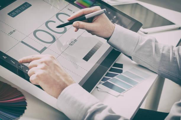 grafik designer bei der arbeit.  farbe proben. - logodesign stock-fotos und bilder