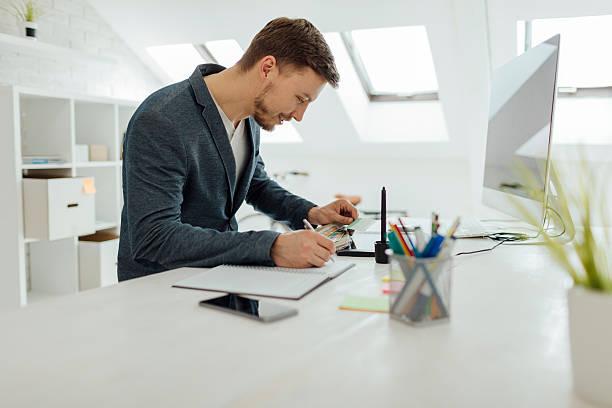 graphiste au travail. - graphisme photos et images de collection