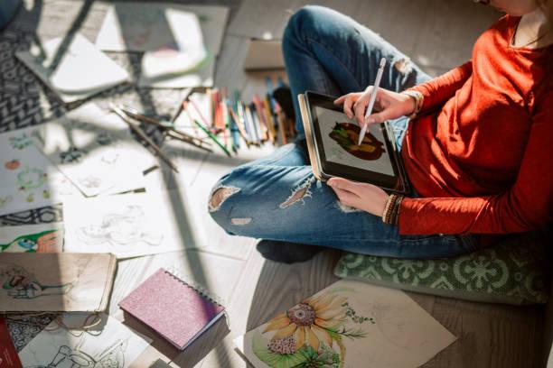 Grafikdesigner zeichnen und zu Hause arbeiten – Foto