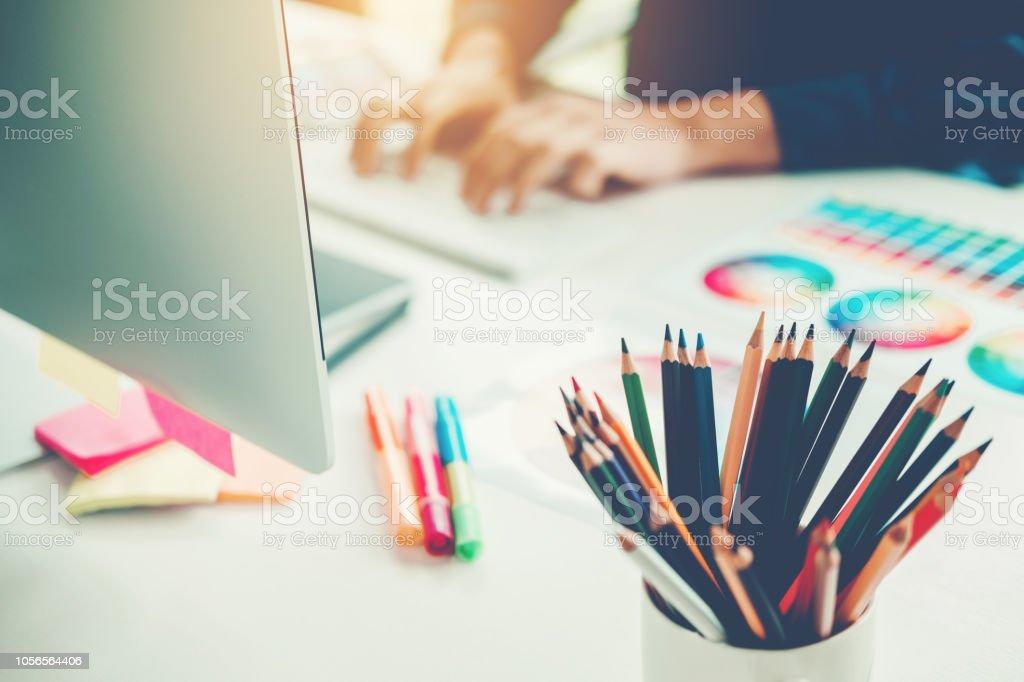 Grafik Designer-Zeichnung auf Grafiktablett am Arbeitsplatz – Foto