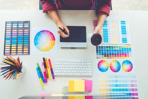 graphiste, dessin sur tablette graphique au lieu de travail - graphisme photos et images de collection