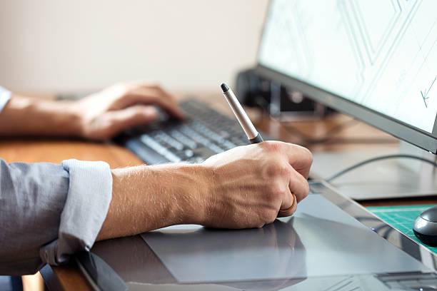 designer graphique à l'aide de tablette numérique et un ordinateur de bureau ou - Photo