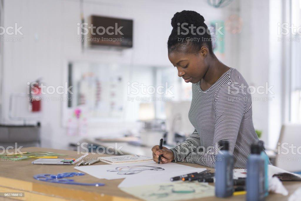 Designer gráfico, trabalhando no espaço do estúdio moderno - Foto de stock de Adulto royalty-free