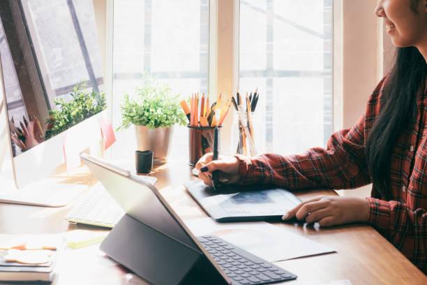 Grafik-Designer arbeiten am Computer und gebrauchte Grafiktablett. – Foto
