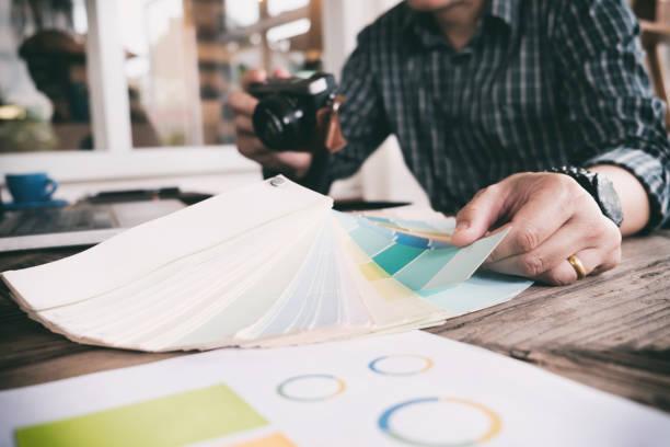 trabajo de diseñador gráfico. - oficina de empleo fotografías e imágenes de stock