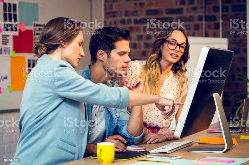 Graphistes, discutant sur ordinateur - Photo