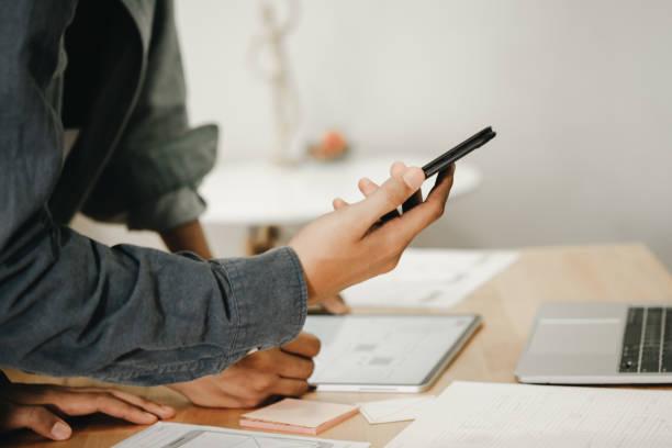 Grafikdesigner arbeiten mit Computer-Design-Anwendung für Mobiltelefon, Grafik-Designer-Konzept – Foto