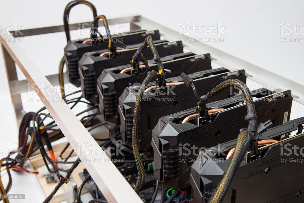 Gráficas de pie en una fila de granja hogar minería. Toma primer plano. Industria de Cryptocurrency. - foto de stock