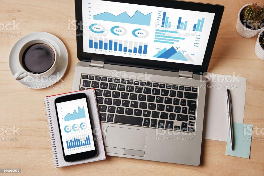 パソコンとスマート フォンの画面上のグラフとチャートの要素 ロイヤリティフリーストックフォト