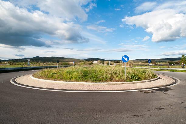 herbe sur le trafic rond-point - rond point photos et images de collection