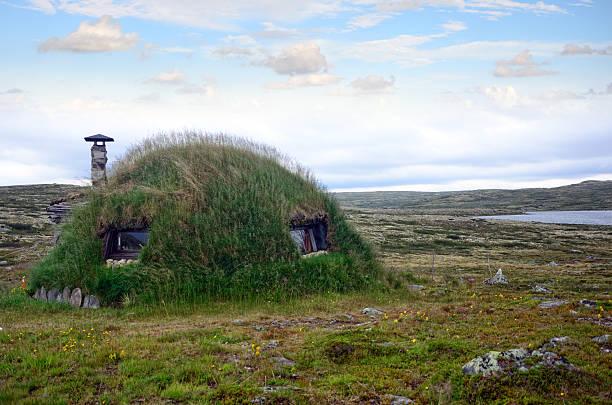 grass hut mit glasdach - hobbit häuser stock-fotos und bilder