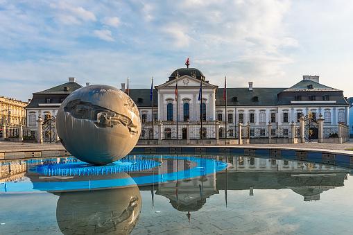 Paleis Van De Grassalkovich Met De Worldglobe Van Het Monument In Bratislava Officiële Residentie Van De President Van De Slowaakse Stockfoto en meer beelden van Architectuur