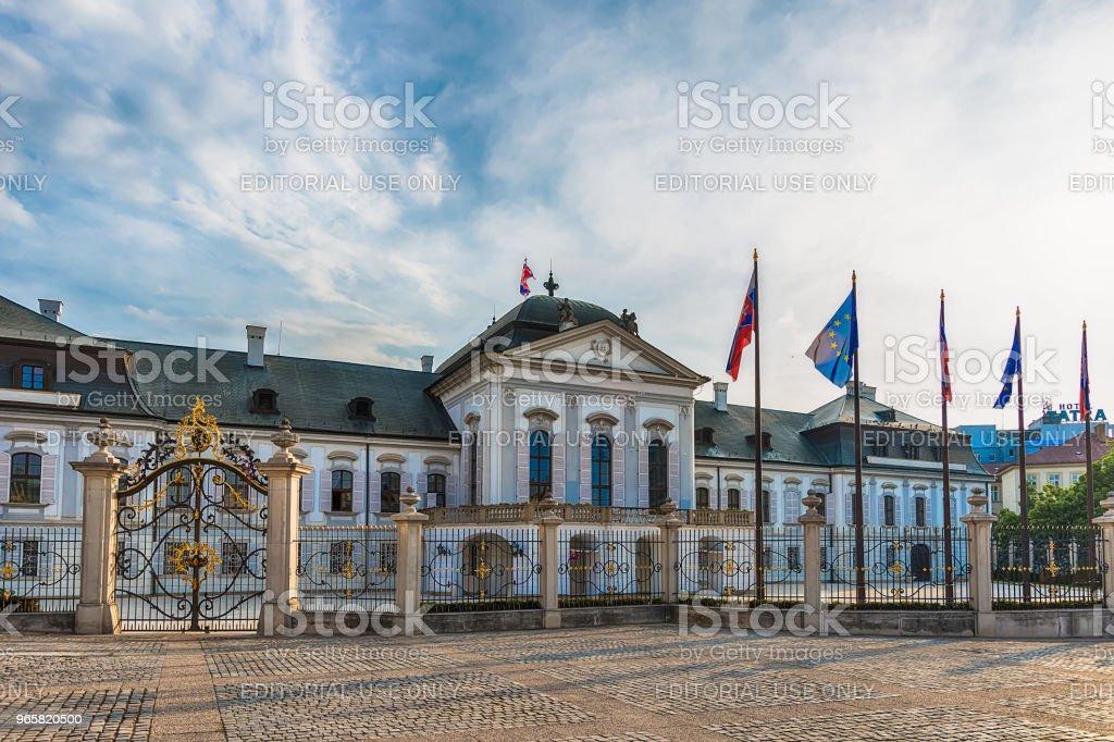 Paleis van de Grassalkovich met de Worldglobe van het Monument in Bratislava - officiële residentie van de President van de Slowaakse. - Royalty-free Architectuur Stockfoto