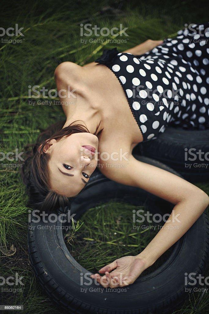 Pneumatici erboso con donna in abito a pois foto stock royalty-free