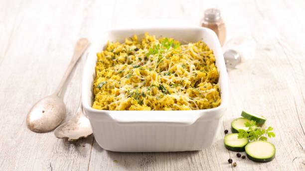 gratin, reis und zucchini gebacken - käse zucchini backen stock-fotos und bilder