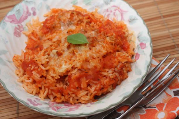 Gratin de riz en sauce tomate Gratin de riz en sauce tomate - Repas servi riz stock pictures, royalty-free photos & images