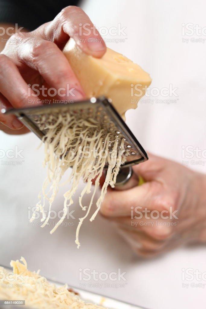 Profildurk ost på översta lagret. Att göra lasagne Bolognese-serien. royaltyfri bildbanksbilder