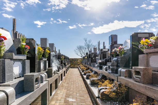 van de begraafplaats - graf stockfoto's en -beelden