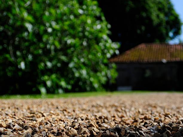 gravel driveway - grind stockfoto's en -beelden