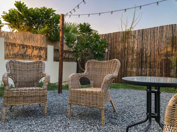 kies terrasse und gartenmöbel - gartenkies stock-fotos und bilder