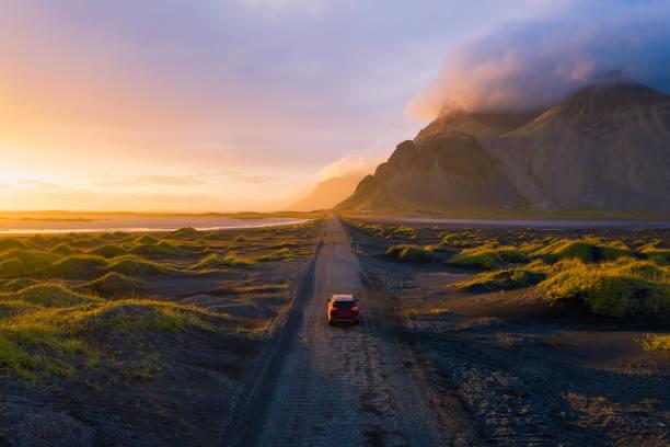 베스트라호른 산과 함께 하는 일몰의 자갈길, 아이슬란드 - 경관 뉴스 사진 이미지