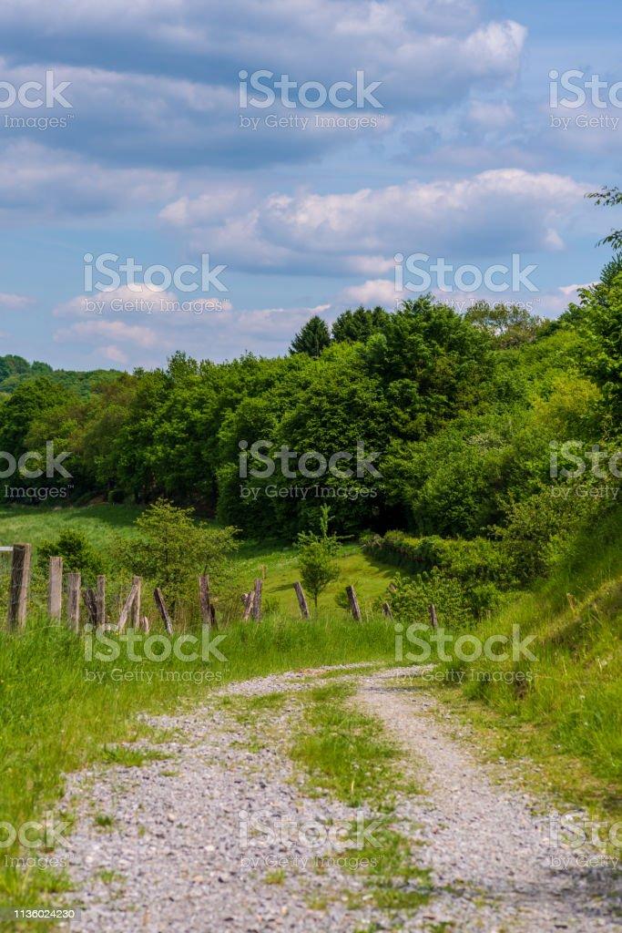 Schotterstraße in den Hügeln Neviges – Foto