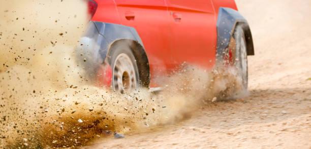 Gravel Spritzen von Rallye-Rennwagen Drift auf der Strecke. – Foto