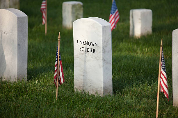gravemarker of an unknown soldier in arlington national cemetery - arlington national cemetery stock pictures, royalty-free photos & images