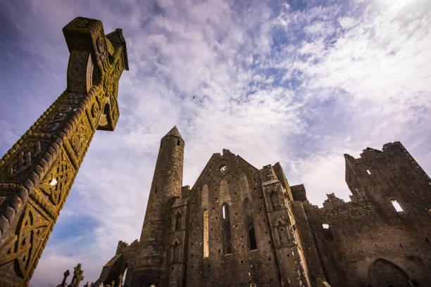 gräber und ruinen der mittelalterlichen burg, rock of cashel in irland - klosterurlaub stock-fotos und bilder