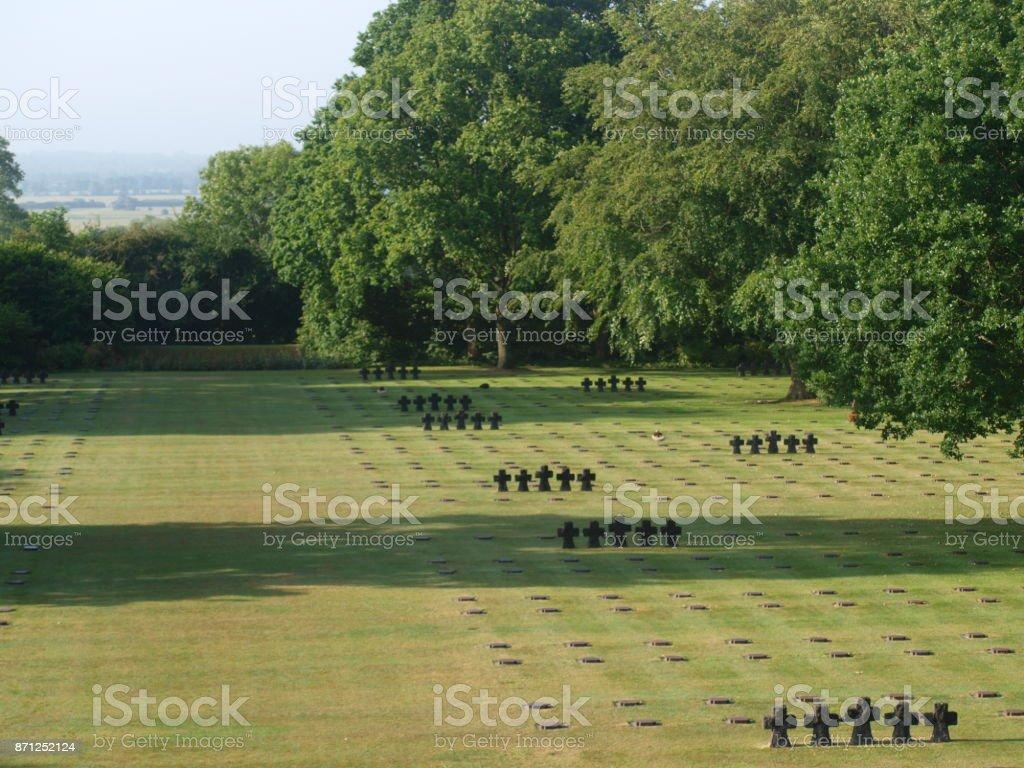 Grafstenen van soldaat op het Duitse kerkhof La Cambe, Normandië, Frankrijk waar slachtoffers uit de strijd van D-Day tijdens Tweede Wereldoorlog begraven foto