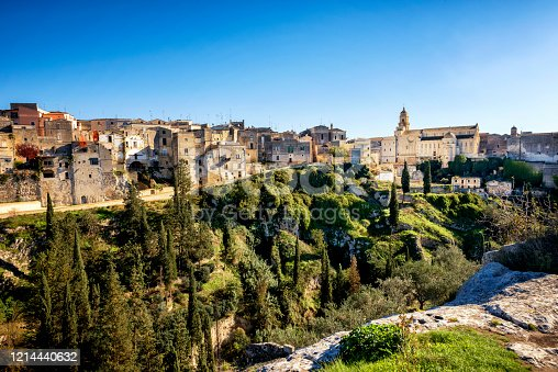 It lies on the edge of a ravine, the fascinating Gravina in Puglia, in the Western Murgia, in an area marked by the presence of poles and ravines, just over 10 km from Altamura and less than 50 km from Andria and Bari.