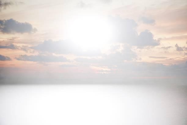 Graues abstrakter Hintergrund mit Sonnenuntergang über dem Meer – Foto