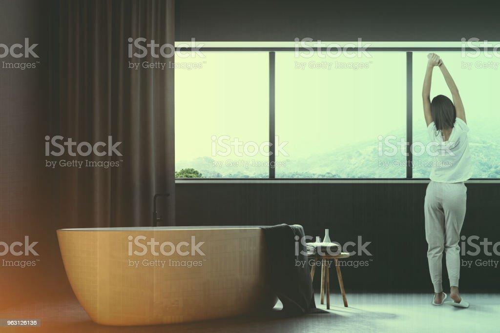 Grå badrum med Gardiner Stäng upp tonas - Royaltyfri Arkitektur Bildbanksbilder