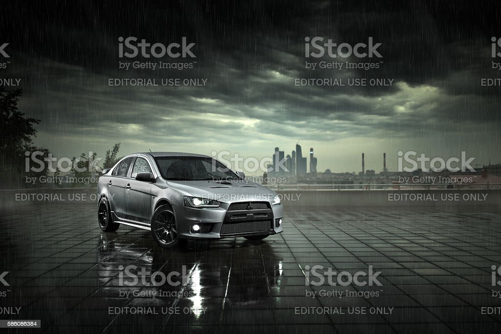 Gray car stay on wet road in at daytime - foto de stock