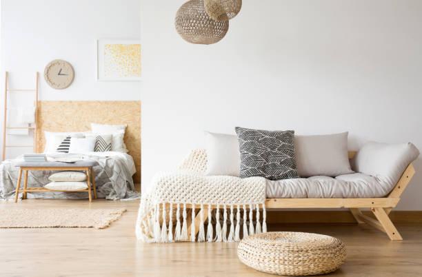 grijze bank en houten bed - interior design stockfoto's en -beelden