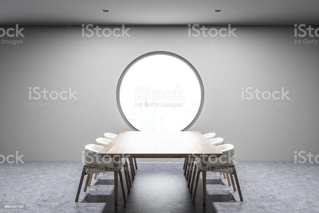 Graue Esszimmer Interieur, runde Fenster - Lizenzfrei Architektur Stock-Foto
