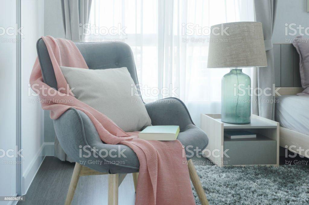 Graue Easy Sessel Mit Rosa Schal Kissen Und Buch Neben Bett Im Schlafzimmer Stockfoto Und Mehr Bilder Von Behaglich Istock