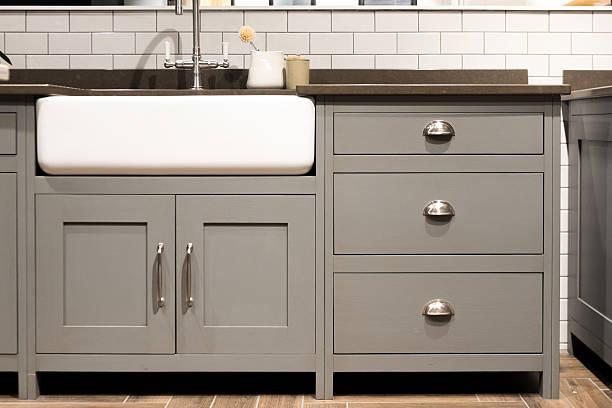 gray kitchen sink - griffe für küchenschränke stock-fotos und bilder