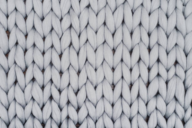 grijze gebreide deken van merinoswol - wollig stockfoto's en -beelden